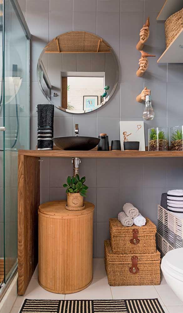 Para o banheiro cheio de detalhes, a opção pelo espelho bisotado simples garantiu mais suavidade a decoração