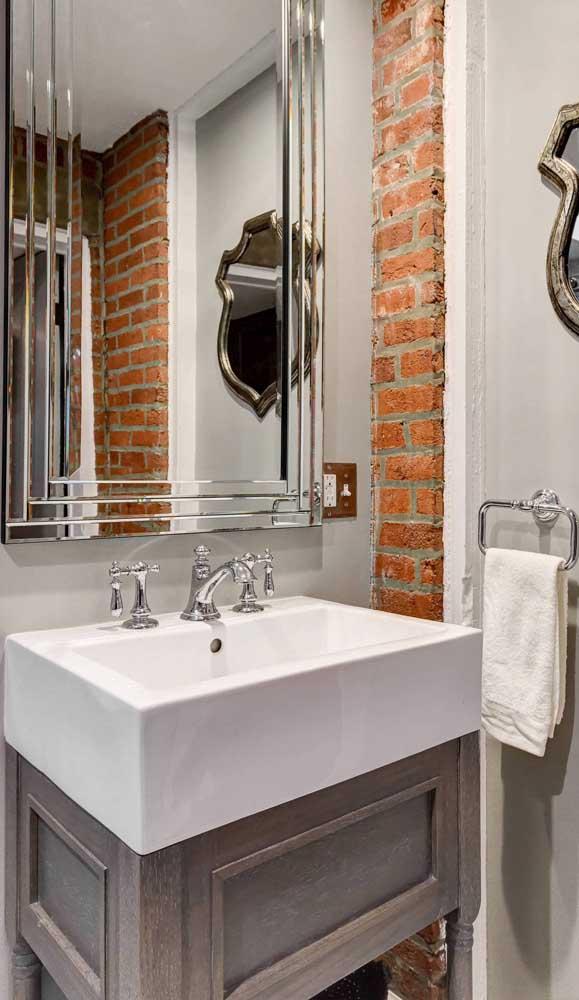 Esse banheiro que passeia pelo clássico, o rústico e o moderno acertou em cheio com o uso do espelho bisotado