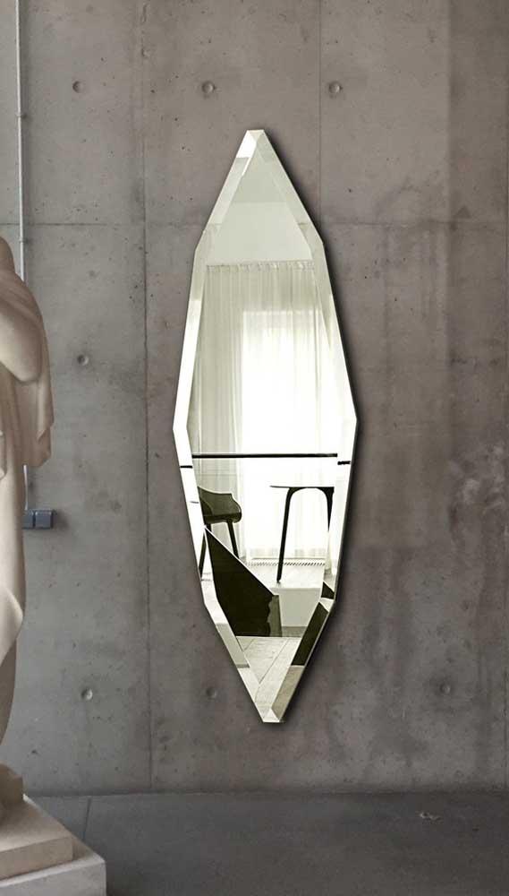 A parede de concreto aparente aceitou maravilhosamente bem a elegância irregular do espelho bisotado