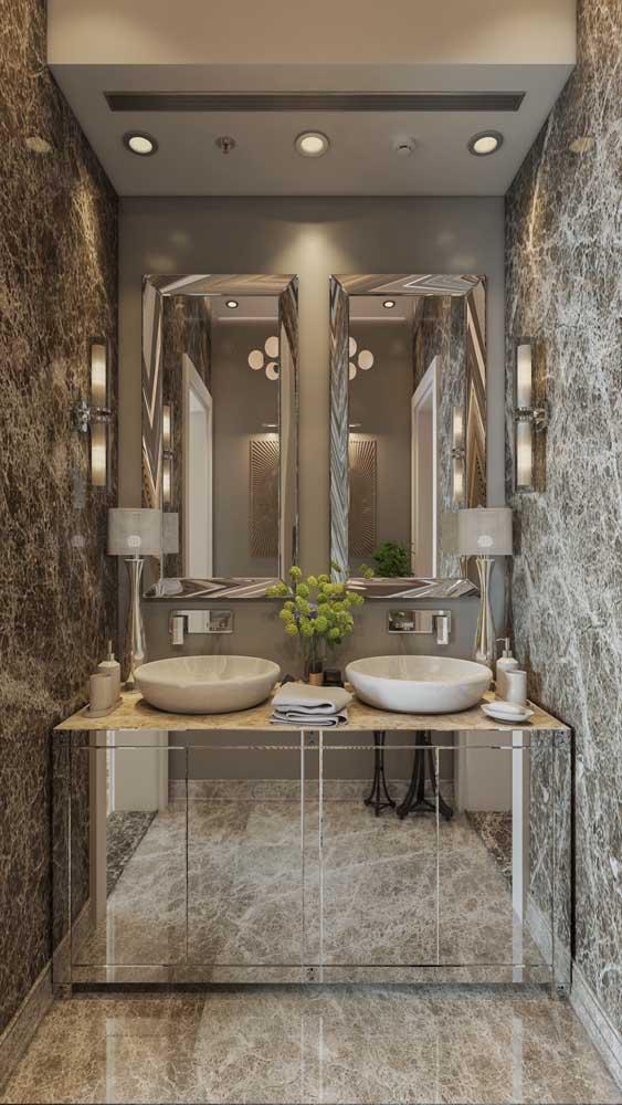 No lavabo, o espelho bisotado pode ser usado como revestimento de portas de armários
