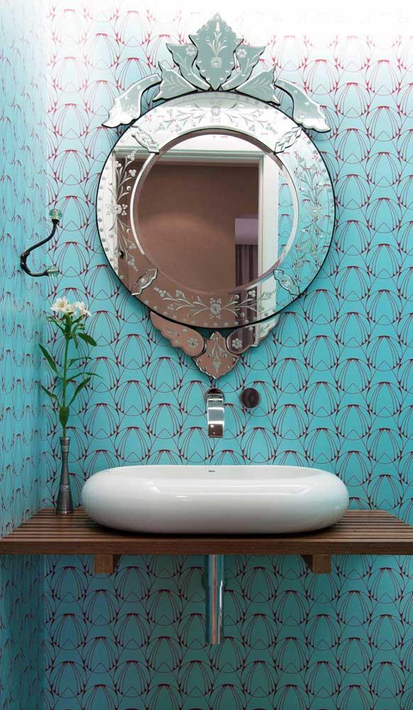 O lavabo descontraído trouxe um espelho bisotado de estilo clássico para compor a decor