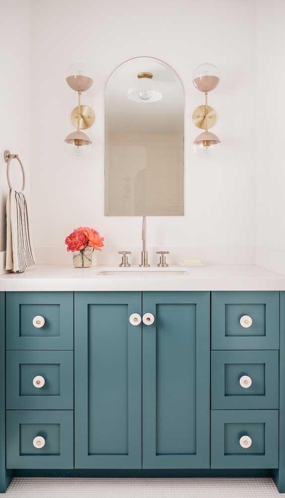 Aqui, as luminárias completam o visual sóbrio e elegante do espelho bisotado