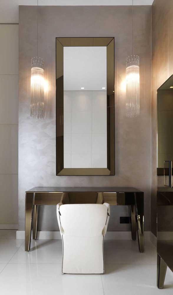 Espelho bisotado com bordas em cobre seguindo a mesma proposta da penteadeira