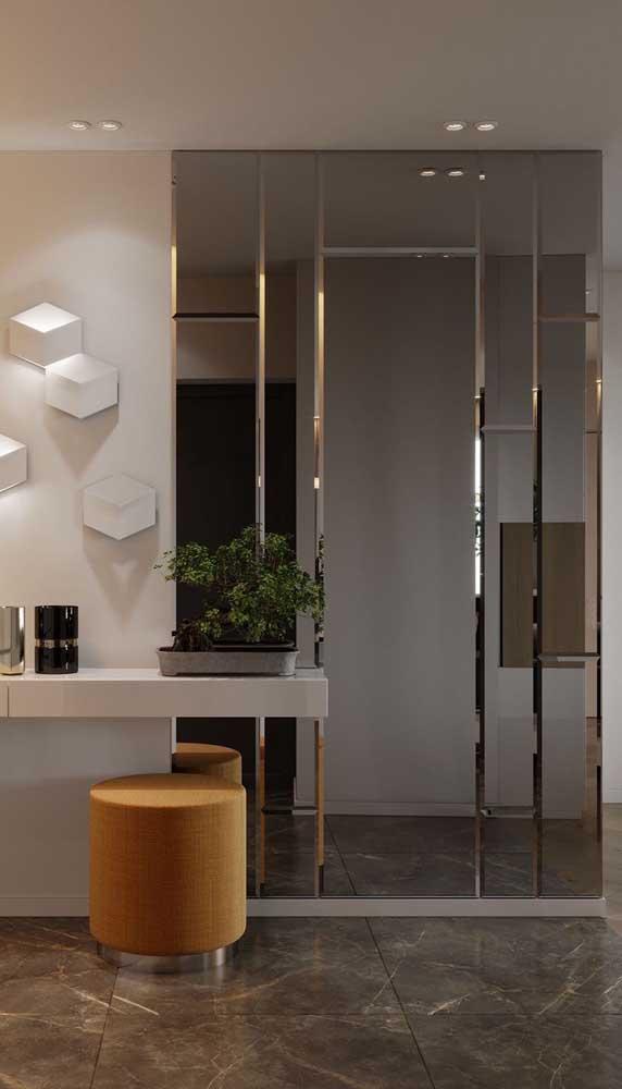 Imagina que luxo revestir a parede do quarto com espelho bisotado?