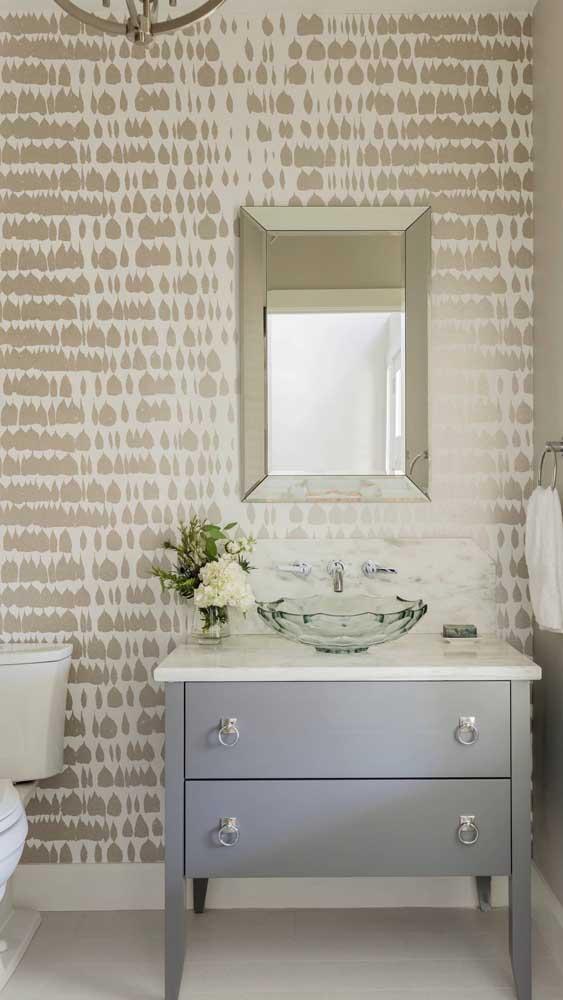 Banheiro clean e elegante decorado com espelho bisotado pequeno.