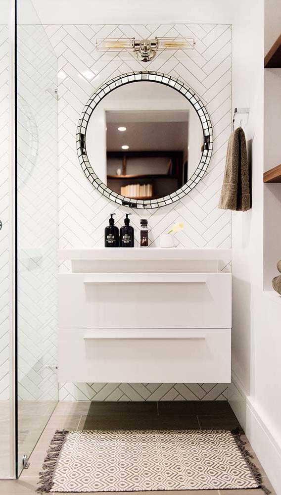 Banheiro moderno com espelho bisotado redondo