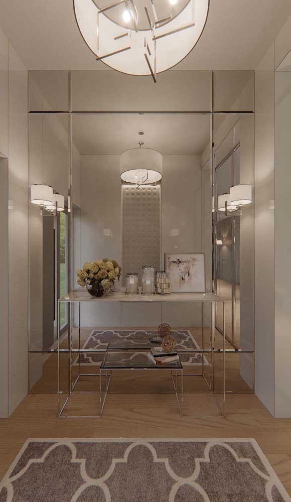 Leveza e suavidade nesse hall de entrada decorado com painel de espelho bisotado