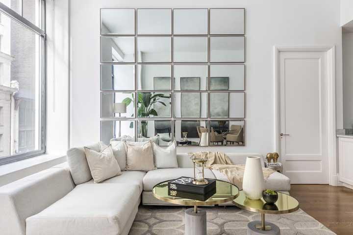 Iluminação natural reforçada pelo conjunto de espelhos bisotados na parede