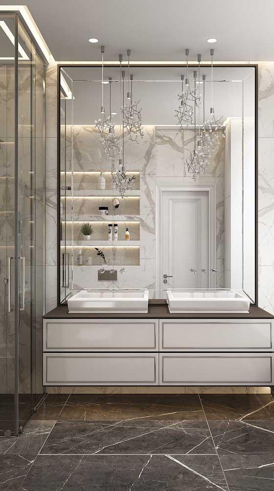 Espelho bisotado grande para o banheiro. Destaque para a iluminação embutida que valoriza ainda mais a peça
