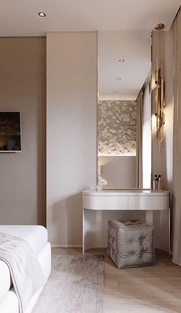 Espelho bisotado no quarto usado junto à penteadeira