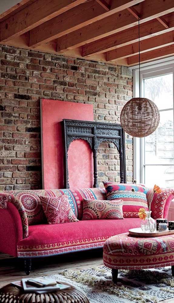 Para deixar qualquer um boquiaberto, esse sofá vermelho retrô foi combinado a decor rústica da sala criando um verdadeiro oásis visual para os fãs do estilo boho