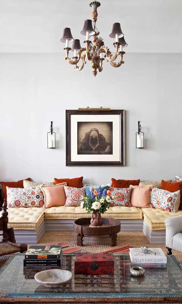 Almofadas garantem o toque final a esse sofá retrô feito com futons