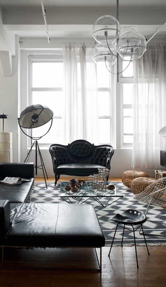 O clássico e o moderno passeiam por essa sala adornada pelo sofá retrô em estilo namoradeira