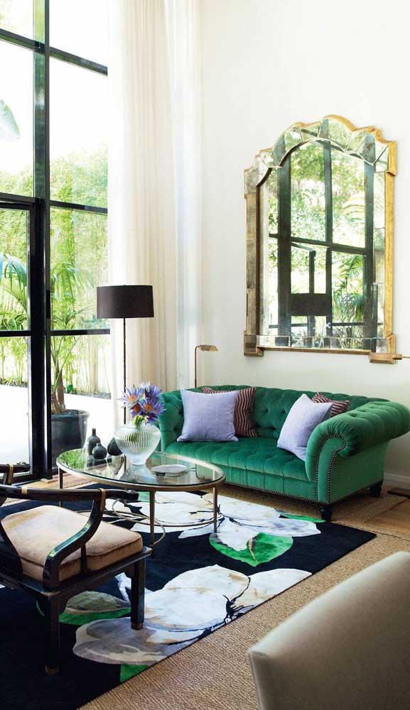 Cheio de elegância, o sofá Chesterfield de veludo é uma ótima opção para quem busca um estofado retrô