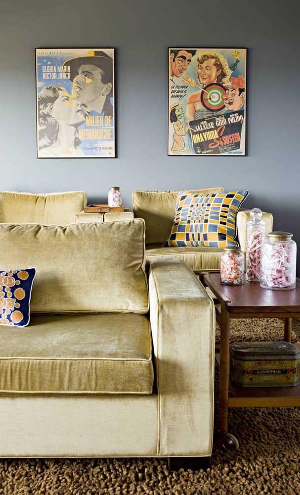 Os quadros na parede acentuam a atmosfera retrô trazida pelo sofá