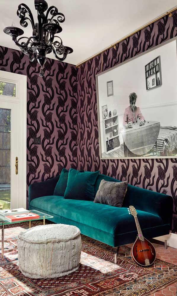 Essa sala é um ótimo exemplo de como é possível combinar estilos tendo o sofá retrô como ponto de partida