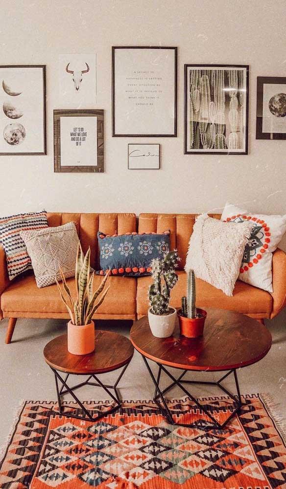 Sofá retrô em tom de laranja queimado para combinar com os demais elementos terrosos da sala