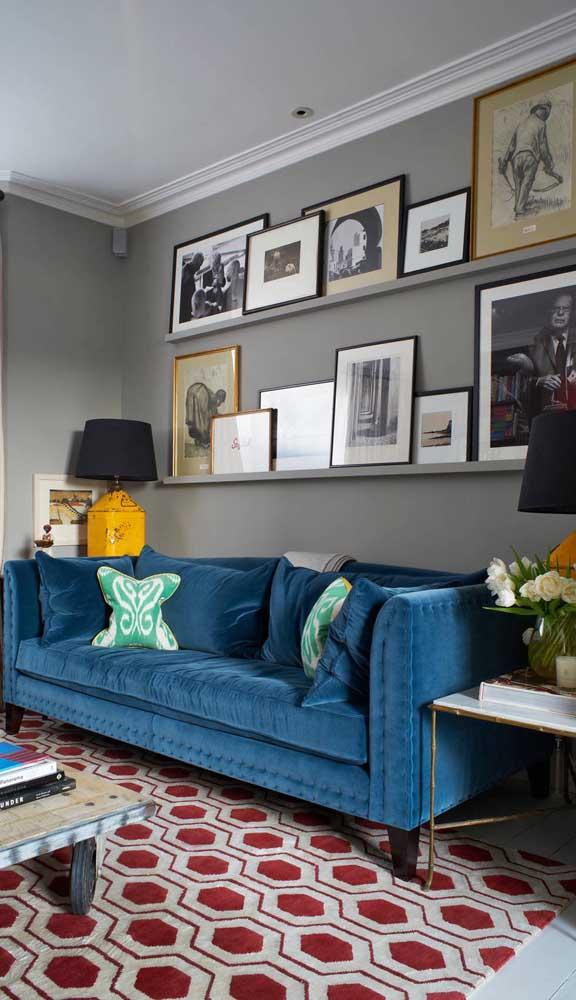 Aqui, o tapete de estampa geométrica vermelha faz um lindo contraste com o sofá retrô azul