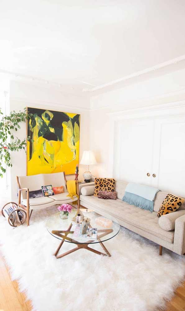 Nessa sala clean e iluminada, o sofá retrô branco parece flutuar sobre o tapete de pelúcia
