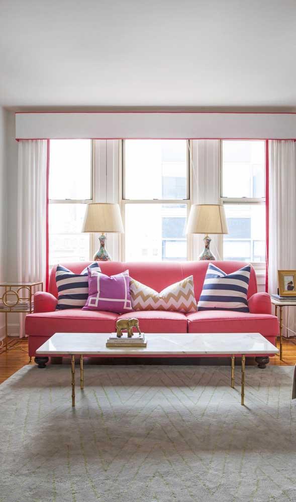 Sofá retrô rosa para quem pretende ousar na decoração