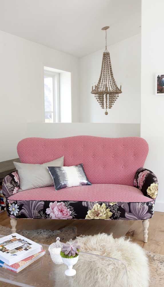 Um pouco de estampa no sofá retrô para sair do comum e romantizar a decor
