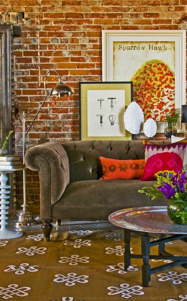 A sala rústica e contemporânea apostou na ideia de um sofá retrô marrom