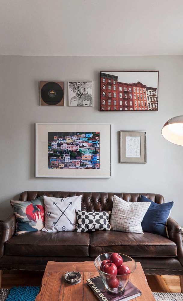 Os clássicos e discretos vão adorar a ideia de um sofá retrô de couro marrom