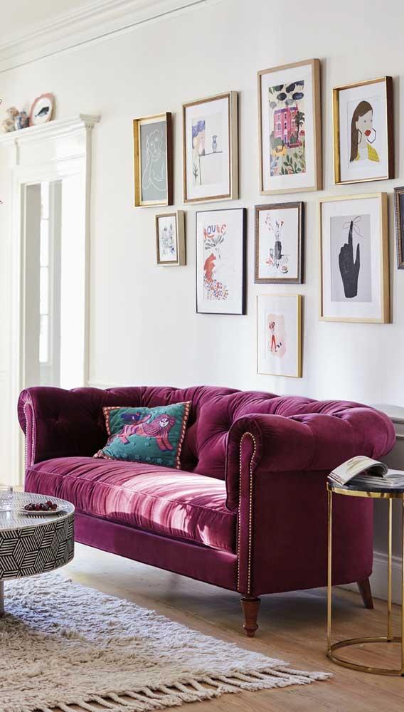 Já um sofá retrô de veludo fica perfeito em decorações contemporâneas e cheias de personalidade