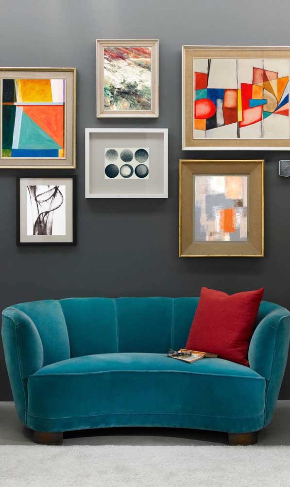 Os que buscam uma decoração jovial e despojada vão se encantar com esse sofá retrô arredondado