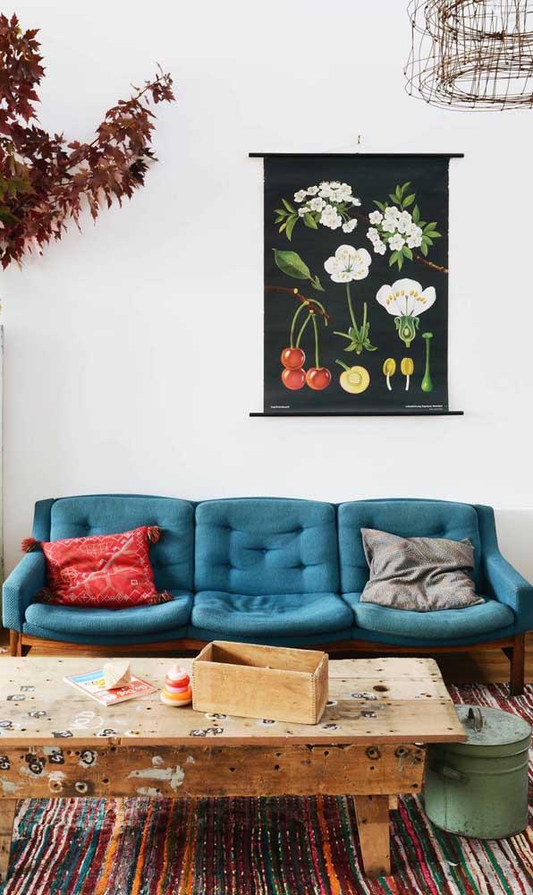 Na dúvida, um sofá retrô azul é sempre bem vindo