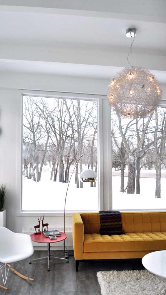 Que luxo esse sofá retrô mostarda trazendo luz e vida para a sala de tons claros e neutros