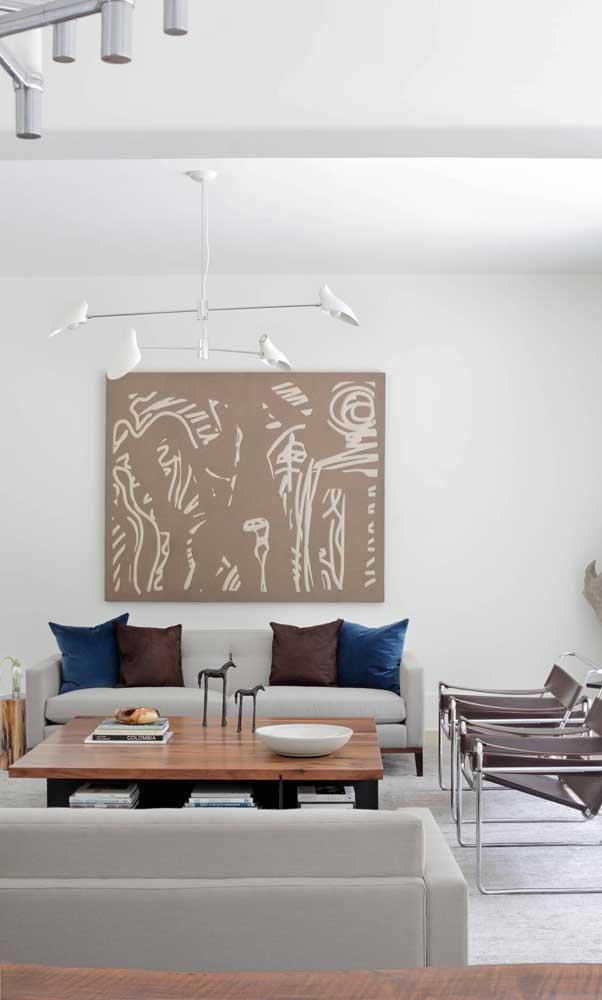 Aqui, o sofá retrô cinza passa discreto pela decoração