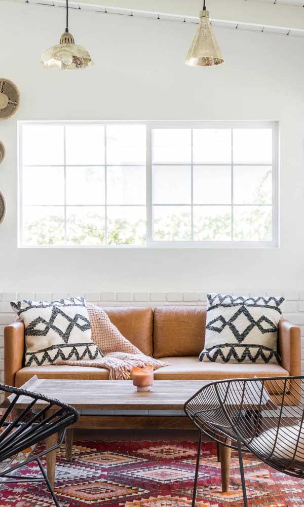 Crie uma decor boho para sua sala investindo em um sofá retrô de couro caramelo