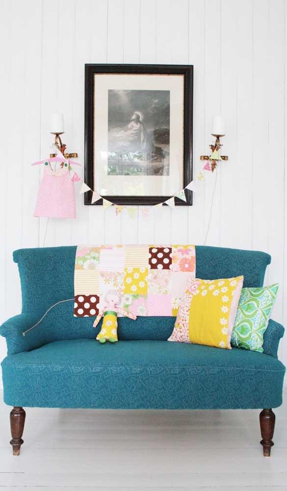 O sofá retrô também permite intervenções coloridas e lúdicas