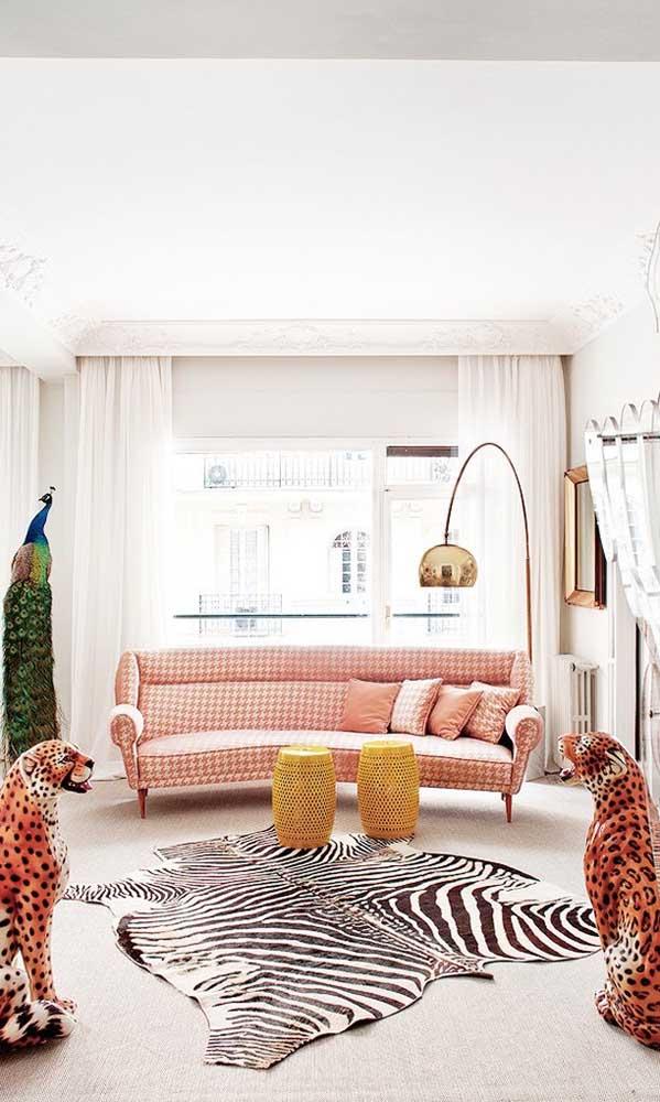 Pra lá de conceitual, essa sala de estar apostou em um sofá retrô de 3 lugares para ser o centro das atenções