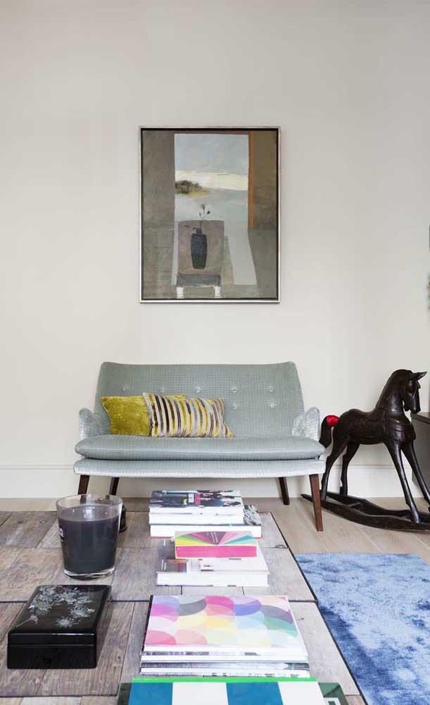 Em uma sala cheia de referências vintage, o sofá retrô se torna uma peça obrigatória