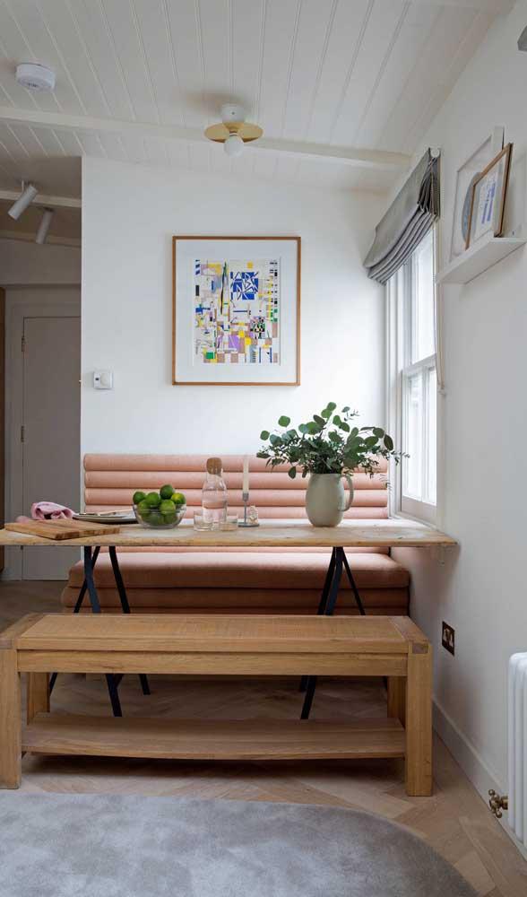 Mais uma linda inspiração de como usar o sofá retrô na sala de jantar