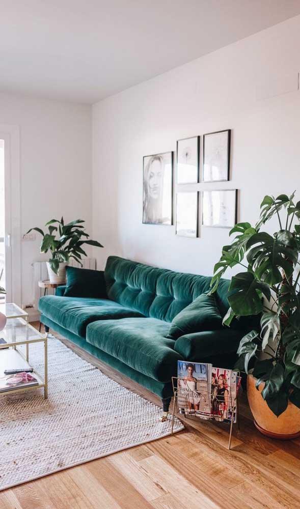 Já para uma decor mais neutra e discreta, o sofá retrô de veludo verde é a opção certeira