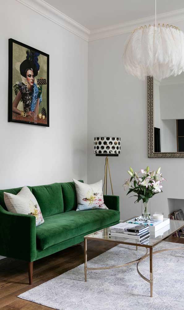 Sala de estar contemporânea e elegante decorada com um sofá retrô verde de linhas retas