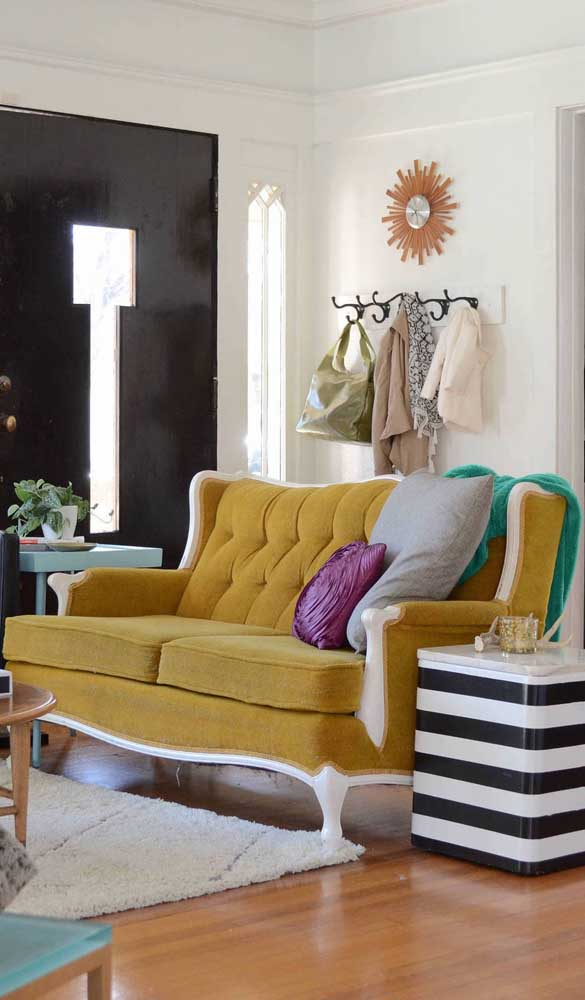 Um toque de glamour na sala com esse sofá a lá Luiz XV