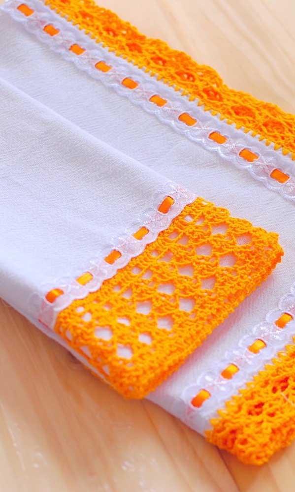 Crochê no pano de prato simples. A cor laranja trouxe vida e alegria à peça