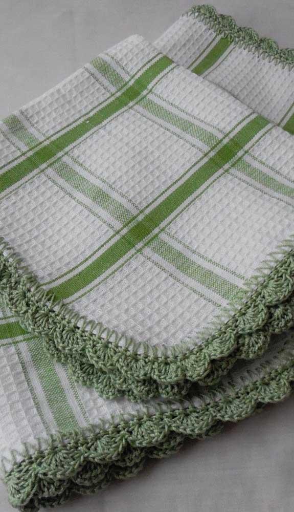 O pano de prato xadrez ganhou um barrado de crochê na mesma cor da estampa