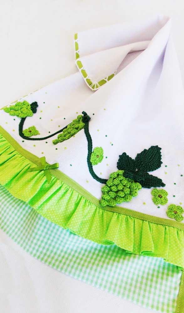 Que inspiração mais bonita! Aqui, o pano de prato ganhou uvas de crochê e um barrado de tecido com fita de cetim