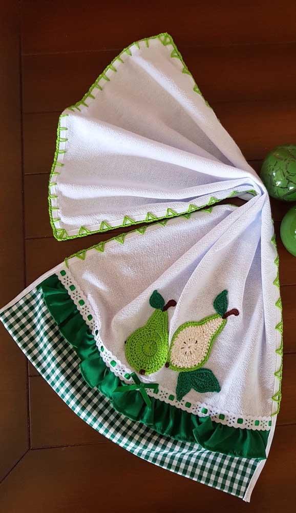 Os abacates de crochê são puro charme nesse pano de prato que também traz um barrado de tecido com fita