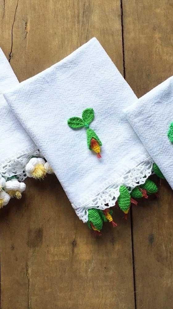 Mini frutas de crochê para decorar o pano de prato. Destaque ainda para o simples barradinho que traz ainda mais beleza para a peça