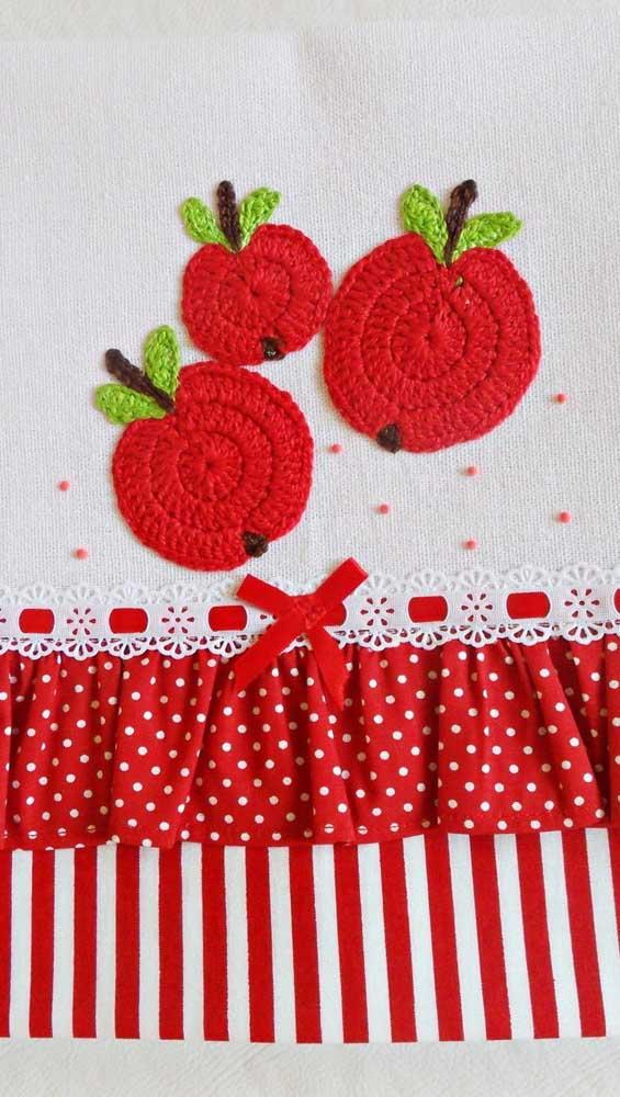Maçãs vermelhas em crochê combinando com o barrado de tecido e fita