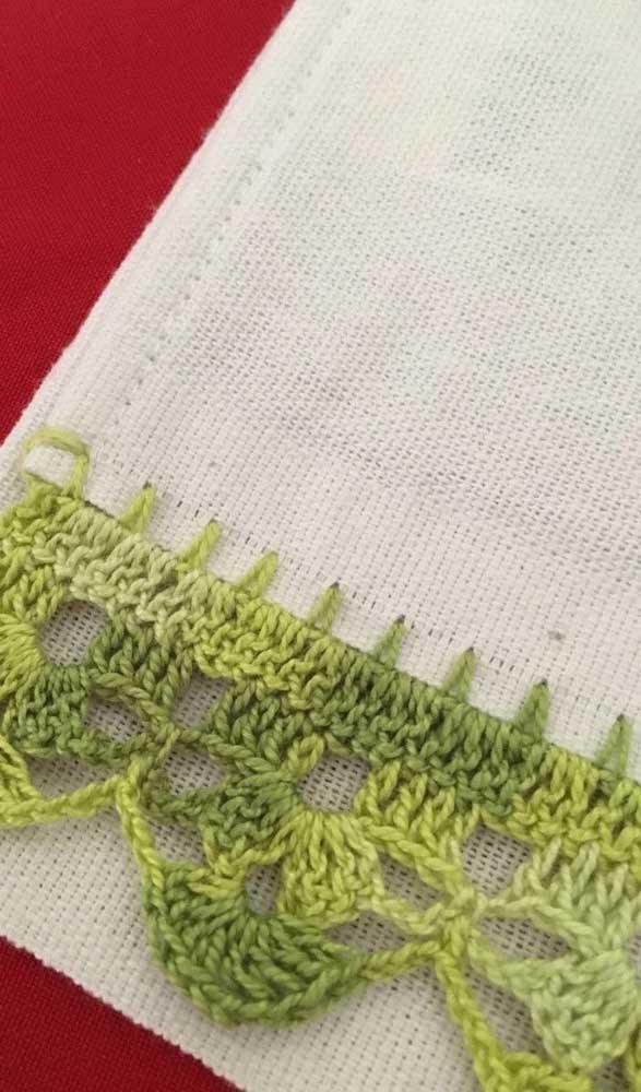 Tons de verde para colorir esse delicado bico de crochê