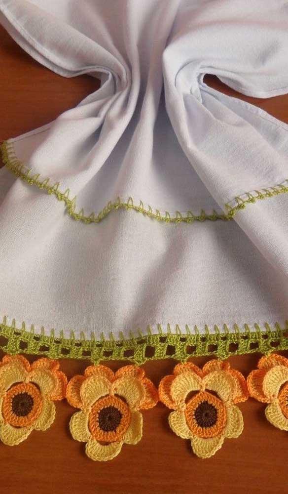 Aqui, as flores delicadas de crochê foram unidas ao barrado simples do pano de prato