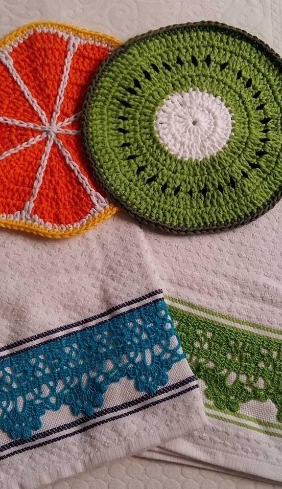 Aqui, os panos de prato ganharam apliques de frutas em crochê combinando com as cores do bordado