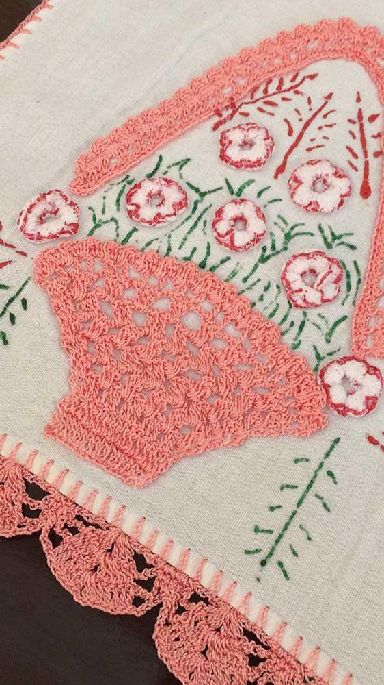 Cesto de crochê com flores para o pano de prato. O barrado foi feito com a mesma cor
